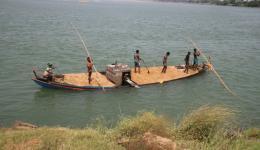 Vom gegenüberliegenden Flussufer wird Sand in randvoll beladenen Booten angeliefert ...