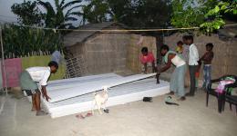 Der örtliche Baumarkthändler hat die Zementwelldachplatten untertags zur Kolonie geliefert.