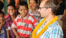 Nach der Verteilung und den notwendigen Gesprächen ist noch Zeit mit den Kinder in Kontakt zu treten, die inzwischen sehr offen und kontaktfreudig sind...