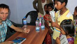 Mit Deepak, dem Jungen rechts im Bild, können wir zu unserer Überraschung und Freude bereits einige Informationen austauschen.