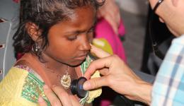 Das Mädchen klagt über Brust- und Bauchschmerzen. Die Untersuchung eines möglichen Herzfehlers ergibt glücklicherweise einen negativen Befund.