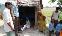Beim Besuch der Hütte des zuvor behandelten Patienten tragen die Einwohner an uns die Bitte, ob der FriendCircle WolrdHelp den Austausch der undichten Strohdächer unterstützen würde.