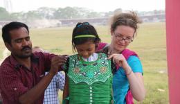 Saubere Schuluniformen unterstützen die Akzeptanz der Kinder des Lepradorfes in der Schule.