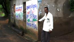 Fotos von Michael und Wendelin. Projekt Pipeline für vier Dörfer in Paradip. Bild 1: Ramesh zeigt wie hoch das Dorf 2 Wochen zuvor an dieser Stelle überschwemmt war...