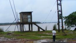 Das fertigstellte Pumpenhaus neben der schon vergangenes Jahr errichteten Hochspannungsleitung zur Versorgung der Hochleistungspumpe