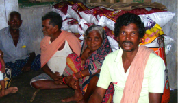 Bild 3: Eine Reis- und Dal- Lieferung gibt Sicherheit für die nächsten 6 Wochen , sodass die Menschen in der Regenzeit nicht betteln gehen müssen.