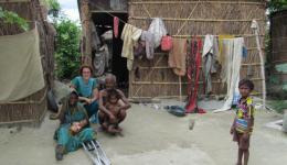 Fotos von Katrin und Silvia - Kolonie Chakia: Die Bewohner der Kolonie Chakia sind glücklich über die  neuen Zementwelldächer vom November, die sie in der Regenzeit vor feuchten Räumen und Atemwegserkrankungen schützen.