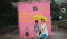 Silvia mit einem kleinen Jungen des Dorfes vor dem Pumpenhäuschen.
