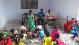 Einzelne Kinder tragen ihr Wissen dem Nachhilfelehrer und Venu vor.