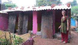 Die im Frühjahr 2014 neu erbauten Toiletten in einem Armendorf bei Bhubaneshwar im Osten Indiens, welche vor allem für Frauen und Mädchen eine wesentliche Verbesserung der Lebensbedingungen darstellt. Die Bleche sind provisorisch, Türen folgen noch.