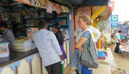 Katrin und Silvia verhandeln mit Venu die Rabatte für die Schulutensilien...