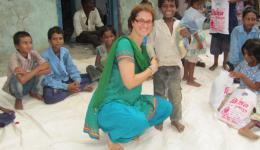 Silvia freut sich mit den Kindern über die vollbepackte Tüte mit Schreibutensilien und Hypieneartikeln wie Seife und Zahnbürste.