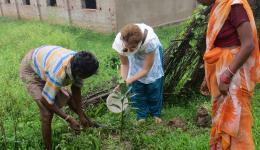 Silvia pflanzt mit den Bewohnern Obstbäume im Dorf, von denen später jeder Früchte ernten darf.