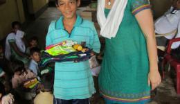 Krishna ist stolz, dass er zur Schule gehen darf. Sein Traum ist, dass er später einen eigenen kleinen Laden eröffnet.