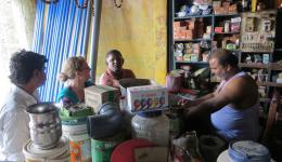 Katrin, Venu und Rambarai verhandeln die besten Preise.