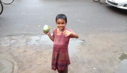 Bilder von Alexandra, Reise Anfang August.  Die kleine Chandni mit einer Mango...