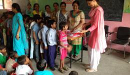 Im Norden besucht Alexandra derzeit verschiedene Schulen, um ca. 2000 Kinder aus sehr armen Arbeiterfamilien mit den, für den Schulunterricht notwendigen, Schuluniformen auszustatten.