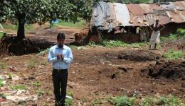 In der Jagannath Kolonie werden wir mit einem liebevollen, von Trommeln und Zymbeln begleiteten, Gesang der Dorfbewohner empfangen. Beim letzten Aufenthalt im Juli 2013 wurde hier ein Hydrogeologe beauftragt, eine geeignete Stelle herauszufinden.