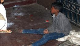 03.11.2013 - Den späten Nachmittag verbringen wir noch mit speziellen Besorgungen und Vorbereitungen für die lange Zugreise und gehen dann zurück ins Hotel. Am EIngang zur U-Bahn Station entdecken wir einen Jungen, er ist Müllsammler.