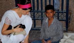 Als wir wissen wollen, wo er wohnt und wo seine Eltern sind, antwortet er, dass er hier oder dort schläft. Eltern hat er nicht. Wie viele Straßenkinder Indiens muss er sich allein durchs Leben schlagen.