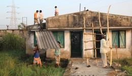 Die stark beschädigten Unterkünfte der Leprakolonie in Paradip werden von den erwachsenen Kindern der Leprabetroffenen renoviert. Durchs Dach regnet es. An den Wänden ist Schimmel und es besteht Einsturzgefahr.