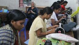 Voller Stolz führen sie ihr bereits erlerntes Können und ihre Kreationen vor. Die Mädchen werden von einer tüchtigen Lehrerin ausgebildet, welche selbst Scheiderin gelernt hat und ebenfalls in diesem Dorf lebt.