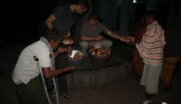 Im gleichen Dorf wird am Abend noch Brot für alle verteilt.