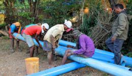 Brunnenspezialisten sagen uns zu, dass sie schon am nächsten Tag die Vorbereitungen für eine Tiefenbohrung mit ihrem Spezial-LKW durchführen werden.