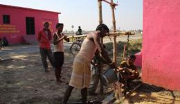 In Chakia wird eine notwendige Handpumpe für Trinkwasser repariert...