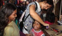 Wir nutzen jede Gelegenheit, den Kindern etwas beizubringen, was für den Schulbesuch und letztlich für eine bessere Akzeptanz in der Gesellschaft unabdingbar ist. Hier das ordentliche Kämmen der Haare...