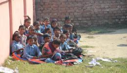 Die Kinder der Chota Phool Kolonie in Aereraj, Bihar, sitzen in der Schule wegen der gesellschaftlichen Diskriminierung immer noch separat. Bis vor einem halben Jahr durften sie noch nicht einmal die öffentliche Schule besuchen. Wir geben nicht auf!