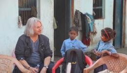 Einige Impressionen: Peter, unser Graphiker, mit zwei Kindern in einer Leprakolonie...