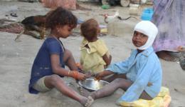 Hier sieht man den Jungen mit anderen Kindern beim Essen. Es gibt täglich Reis mit etwas suppigem Dal.