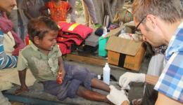 Dieser Junge hat ebenfalls stark verschmutzte Wunden am Bein...