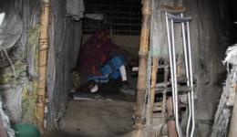 Mann, dessen Wunden medizinisch behandelt wurden, in seiner Hütte...