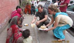 Suppenküche - Katrin und Guido verteilen warmes Essen an Straßenkinder