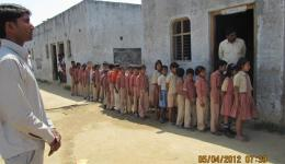 Masouri school in Uttar Pradesh - Kinder stellen sich an, um ihre Schulmaterialien in Empfang zu nehmen