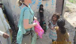 Katrin versorgt Straßenkinder