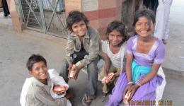 Müllsammlerkinder freuen sich über Kekse