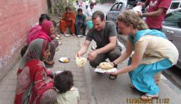 Delhi, Suppenküche: Guido und Katrin verteilen warmes Essen am Straßenrand