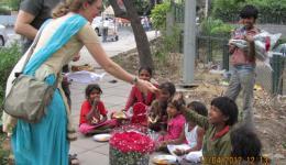 Die Blumen im Vordergrund werden von den Kindern am Straßenrand für wenig Geld verkauft.