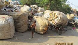 Kinder, deren Familien vom Müllsammeln leben.