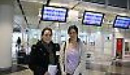Madeleine und Alexandra - etwas angespannt vor dem Abflug in München
