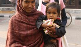 Straßenarbeit..., es gibt viele Mütter in sehr jungem Alter...