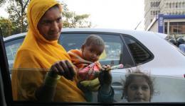 Unterwegs haben wir immer Kekse und Früchte im Auto und viele, viele Kinder mit Müttern kommen im stehenden Verkehr an unser Auto und wollen etwas haben...