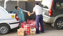 die gekauften Lebensmittel werden verteilt