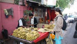 Am Morgen des 21. Februar kaufen wir erstmal den Bananenstand leer.