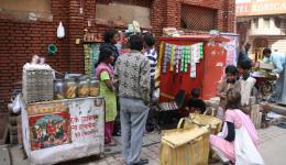hier kaufen wir den nächsten Stand leer ;-)   (Info: eine Packung Kekse kostet 5 Rupien= 8 Cent)