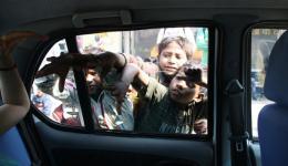 Die Kinder, die zu uns ans Auto kommen können nicht in die Schule- sie kämpfen täglich ums Überleben und je mehr wir damit konfroniert werden empfinden wir: für sie ist es ein täglicher Krieg.