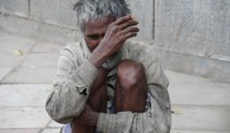 An der letzten Ausgabestelle kam ein ganz demütiger alter Mann und ist vor Alexandra auf die Knie gefallen und hat vor Dankbarkeit ihre Füße berührt. Er weint und wir müssen auch weinen...